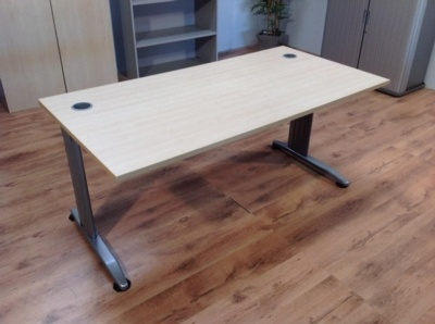 Maple 1600mm Straight Cantilever Office Desks